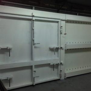 Portes extra-lourdes pour empêcher le télescopage de véhicules et le vol dans les entrepôts de médicaments.