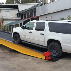 Large rampe pour véhicules livrée à un client international