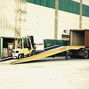 Un chariot élévateur à fourche peut facilement accéder au conteneur