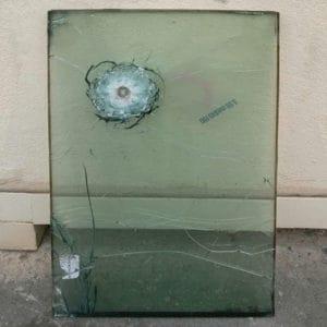Fenêtre anti-balles après un coup direct. La fenêtre a sauvé la vie de de soldats de la force internationale de maintien de la paix des Nations Unies
