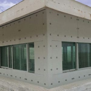 Fenêtres anti-balles installées à l'extérieur dans un ancien poste de l'ONU