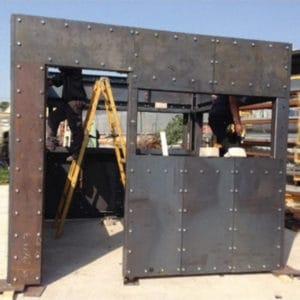 Construction de la fortification en acier en usine, aux dimensions exactes de l'unité cible